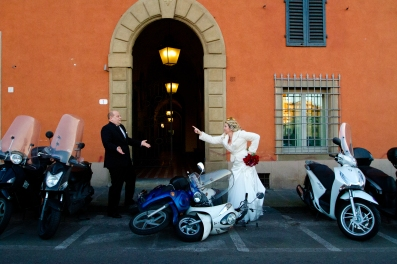 Funny bride and groom travel wedding photos New Years Wedding In Florence Best wedding locations in Firenze
